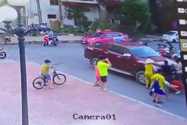 Clip: Bé trai chơi dưới lòng đường bị xe bán tải tông trúng, cuốn vào gầm rồi kéo lê nhiều mét - Ảnh 4.
