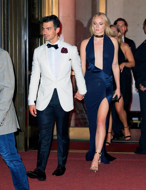 Không biết Joe Jonas sẽ nghĩ gì khi biết bà xã Sophie Turner diện lại váy 3 năm trước của tình cũ Taylor Swift? - Ảnh 1.