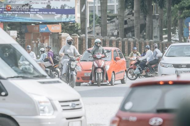 Những đại công trường biến đường phố Hà Nội ngập trong sương bụi - Ảnh 3.