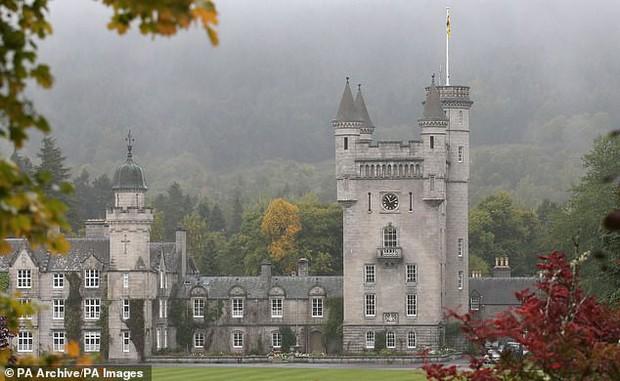 Lộ thông tin Hoàng tử Andrew từng mời tỷ phú ấu dâm cùng người mẫu trẻ đến lâu đài Balmoral khi Nữ hoàng Anh vẫn đang ở đó - Ảnh 2.