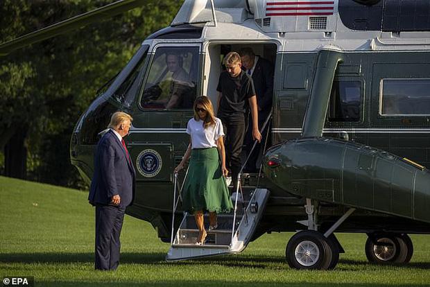 Tổng thống Trump nắm tay vợ đầy tình cảm sau kì nghỉ hè nhưng cậu út Barron lại chiếm spotlight với ngoại hình khác lạ - Ảnh 5.