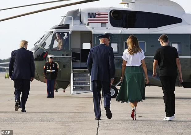Tổng thống Trump nắm tay vợ đầy tình cảm sau kì nghỉ hè nhưng cậu út Barron lại chiếm spotlight với ngoại hình khác lạ - Ảnh 3.