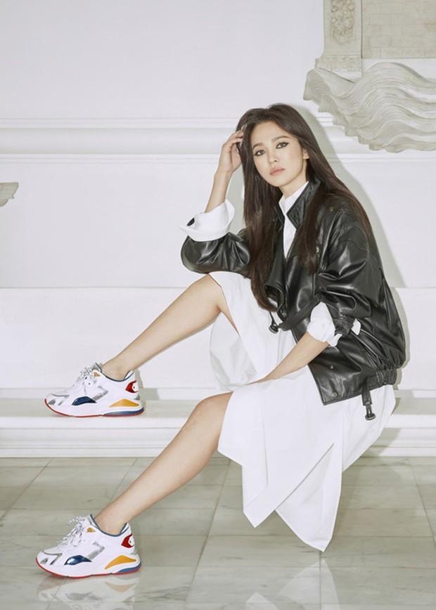 Biết là Song Hye Kyo đã khác xưa nhưng dân tình vẫn không thể quen với cách kẻ mắt sắc lẹm dữ dằn này của cô - Ảnh 6.
