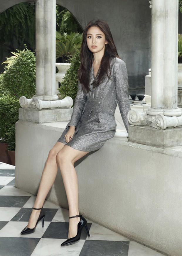 Biết là Song Hye Kyo đã khác xưa nhưng dân tình vẫn không thể quen với cách kẻ mắt sắc lẹm dữ dằn này của cô - Ảnh 1.