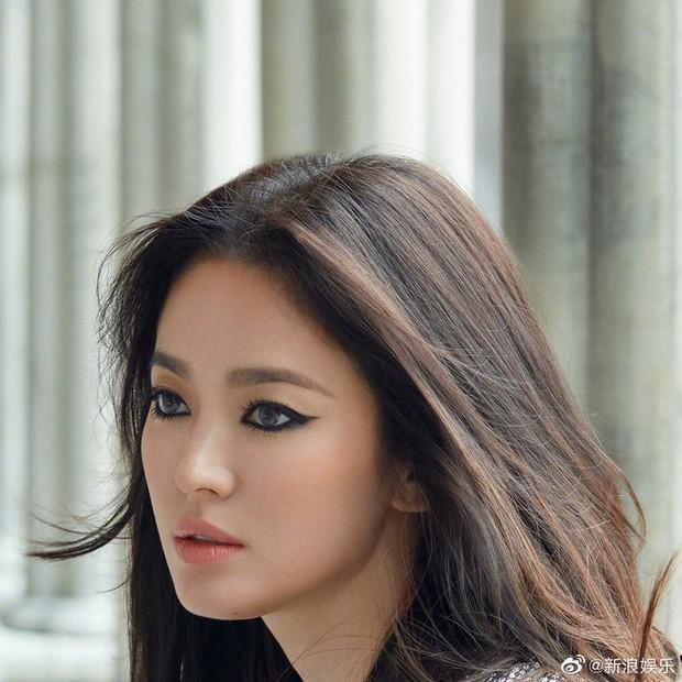 Biết là Song Hye Kyo đã khác xưa nhưng dân tình vẫn không thể quen với cách kẻ mắt sắc lẹm dữ dằn này của cô - Ảnh 2.