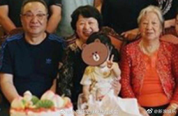 Trong khi bố mẹ bù đầu vì scandal ly hôn, quý tử nhà Angela Baby - Huỳnh Hiểu Minh gây sốt với biểu cảm chụp ảnh cực cute - Ảnh 2.