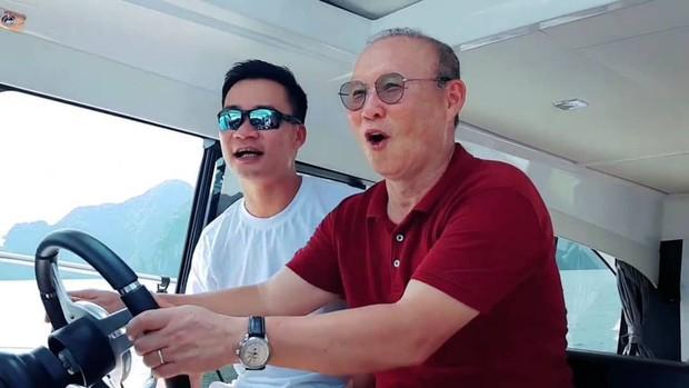 Ngạc nhiên trước hình ảnh HLV Park Hang-seo lái du thuyền tham quan Vịnh Hạ Long - Ảnh 1.