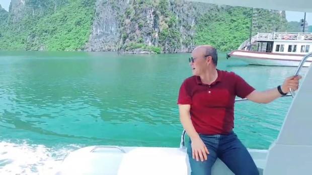 Ngạc nhiên trước hình ảnh HLV Park Hang-seo lái du thuyền tham quan Vịnh Hạ Long - Ảnh 2.