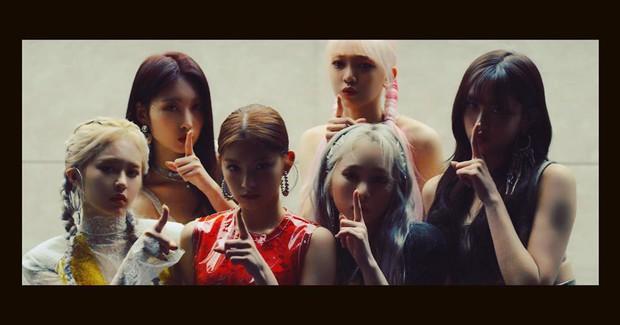 """Fan hoang mang khi girlgroup bị tố đạo BLACKPINK chưa đủ, lại copy cả concept """"Jennie và những người bạn"""" ngay trên sân khấu? - Ảnh 1."""