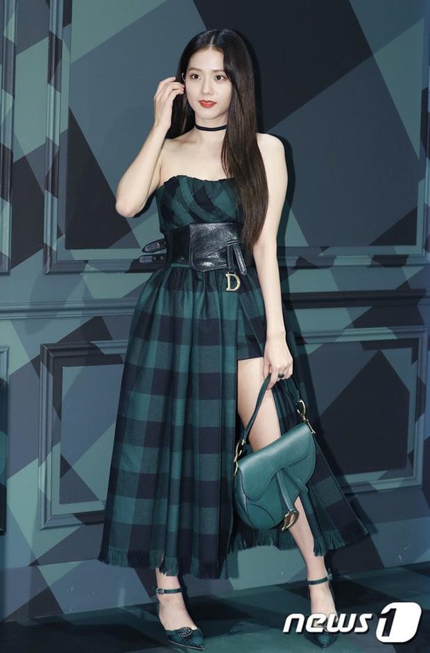 Jisoo (BLACKPINK) quyến rũ hết cỡ tại sự kiện: Khoe vai trần, váy xẻ cao khoe chân dài - Ảnh 1.