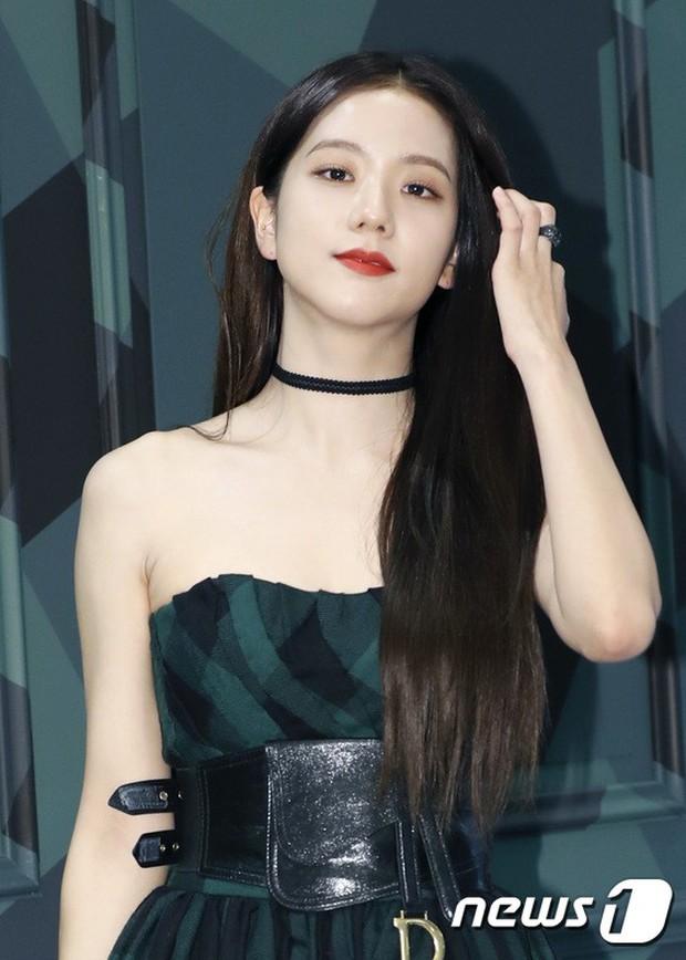 Jisoo (BLACKPINK) quyến rũ hết cỡ tại sự kiện: Khoe vai trần, váy xẻ cao khoe chân dài - Ảnh 4.