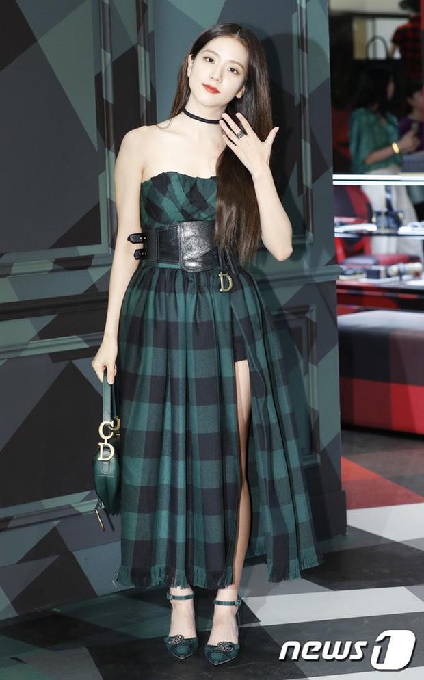 Jisoo (BLACKPINK) quyến rũ hết cỡ tại sự kiện: Khoe vai trần, váy xẻ cao khoe chân dài - Ảnh 5.