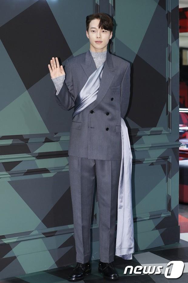 Jisoo (BLACKPINK) quyến rũ hết cỡ tại sự kiện: Khoe vai trần, váy xẻ cao khoe chân dài - Ảnh 8.