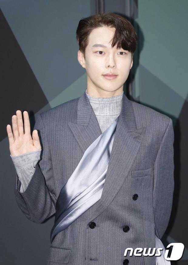 Jisoo (BLACKPINK) quyến rũ hết cỡ tại sự kiện: Khoe vai trần, váy xẻ cao khoe chân dài - Ảnh 7.