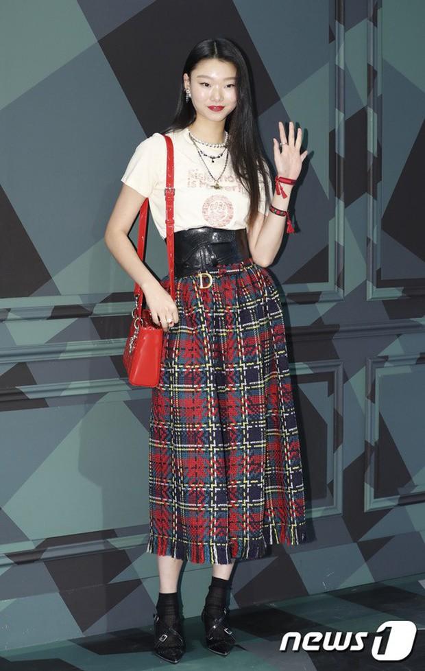 Jisoo (BLACKPINK) quyến rũ hết cỡ tại sự kiện: Khoe vai trần, váy xẻ cao khoe chân dài - Ảnh 9.