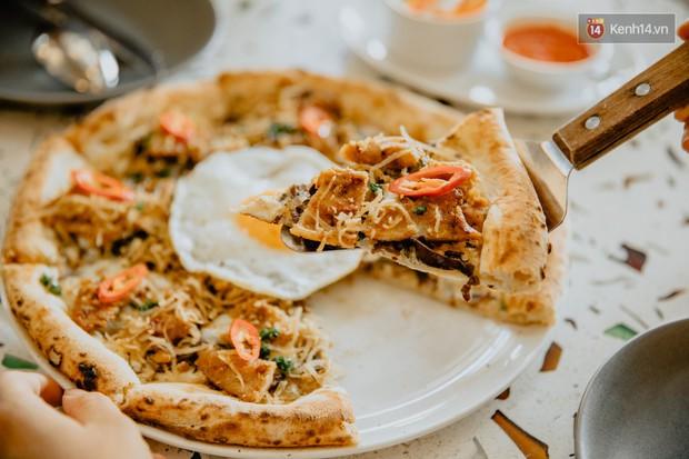 Lấy hết can đảm ăn một miếng pizza cơm tấm sườn bì trứng đang hot rần rần của Pizza 4Ps: Tưởng không ngon ai ngờ ngon không tưởng! - Ảnh 2.