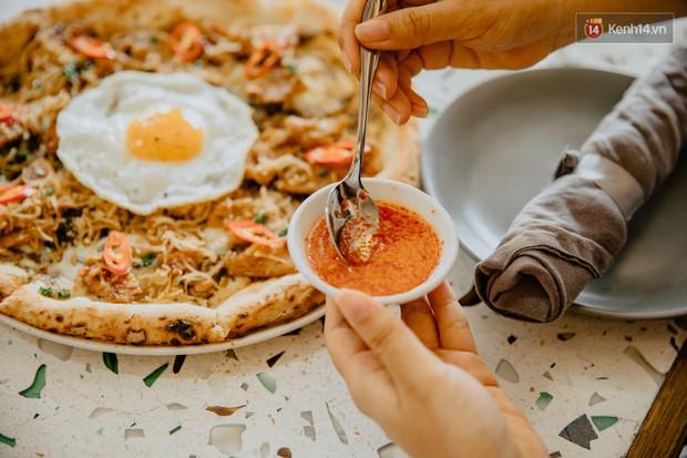Lấy hết can đảm ăn một miếng pizza cơm tấm sườn bì trứng đang hot rần rần của Pizza 4Ps: Tưởng không ngon ai ngờ ngon không tưởng! - Ảnh 1.