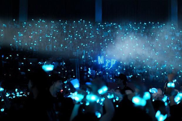 Chẳng thua kém gì các idol Hàn Quốc, ca sĩ Việt cũng sở hữu những lightstick độc đáo khiến FC phổng mũi tự hào - Ảnh 5.