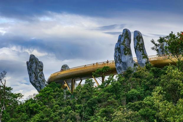 Cây cầu mới khai trương tại Trung Quốc trông y chang Cầu Vàng Việt Nam - Ảnh 3.
