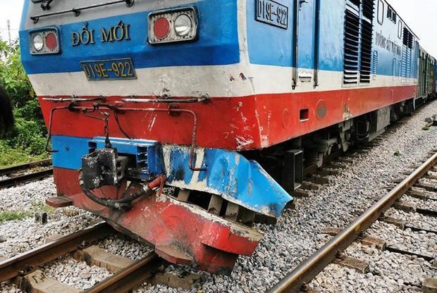 Xe tải chết máy giữa đường sắt, bị tàu hỏa tông bay xuống ruộng - Ảnh 1.
