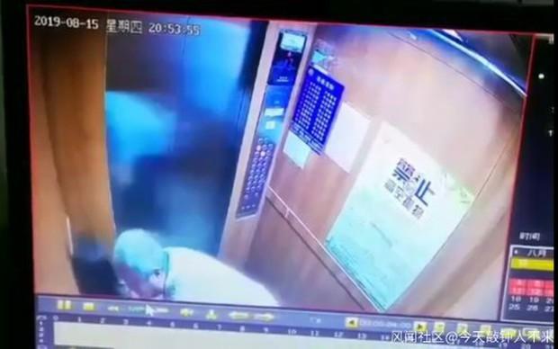 Yêu râu xanh 63 tuổi quấy rối bé gái trắng trợn trong thang máy, cảnh sát không thể bắt giữ vì bệnh người già khiến mọi người phẫn nộ - Ảnh 2.