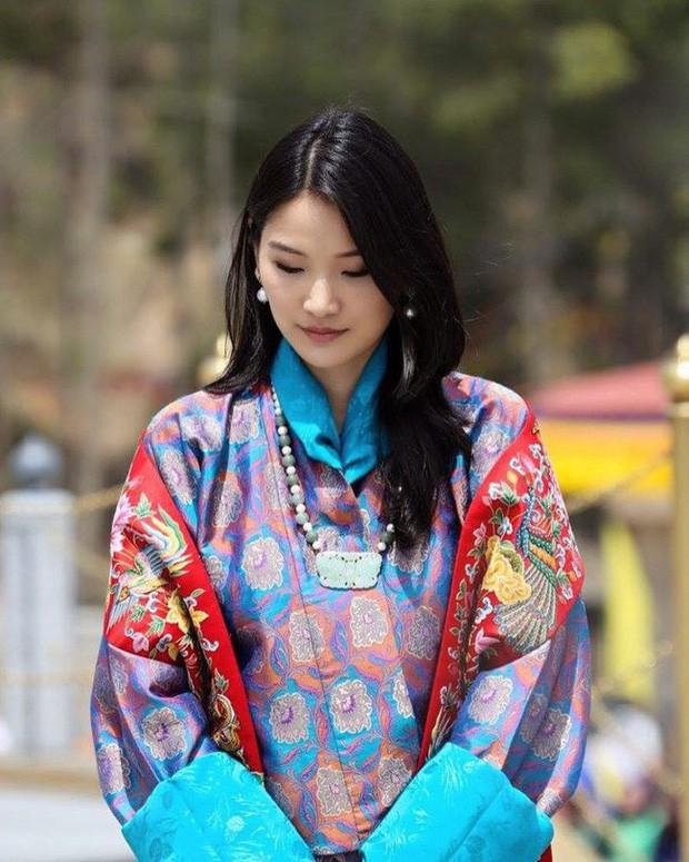Vị Hoàng hậu trẻ nhất thế giới khiến dân tình không thể rời mắt: Vừa đẹp vừa sang dù chỉ trung thành với 1 kiểu tóc, 1 màu son - Ảnh 3.