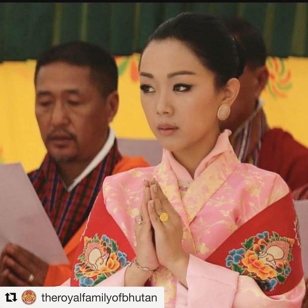 Danh tính Công chúa Bhutan đang khiến cộng đồng mạng phát sốt với khí chất ngút ngàn: Xinh đẹp bậc nhất, học vấn đỉnh cao cùng người chồng hoàn hảo - Ảnh 5.