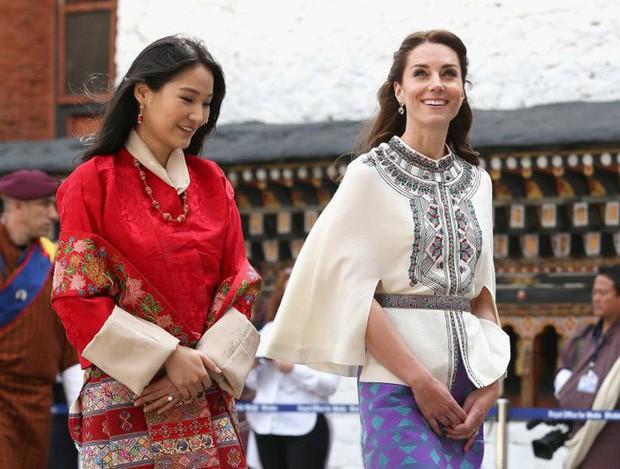 Vị Hoàng hậu trẻ nhất thế giới khiến dân tình không thể rời mắt: Vừa đẹp vừa sang dù chỉ trung thành với 1 kiểu tóc, 1 màu son - Ảnh 10.