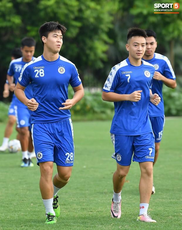 Sau Duy Mạnh, đến lượt Văn Kiên khiến các fan Hà Nội FC thót tim khi nhăn nhó vì đau trên sân tập - Ảnh 1.