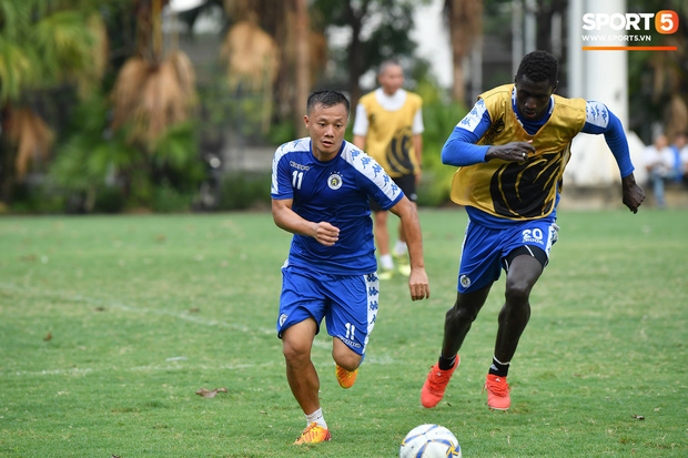 Sau Duy Mạnh, đến lượt Văn Kiên khiến các fan Hà Nội FC thót tim khi nhăn nhó vì đau trên sân tập - Ảnh 9.