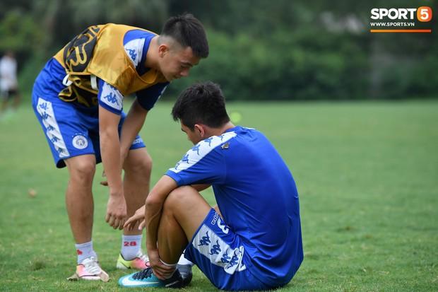 Sau Duy Mạnh, đến lượt Văn Kiên khiến các fan Hà Nội FC thót tim khi nhăn nhó vì đau trên sân tập - Ảnh 4.