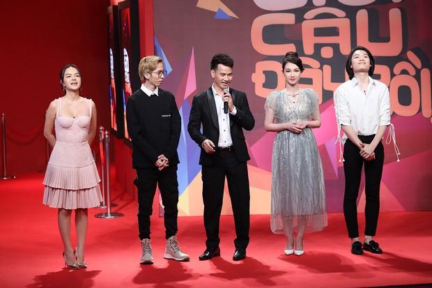 Quang Trung vạch áo mát-xa cho Trấn Thành trên sóng truyền hình - Ảnh 1.