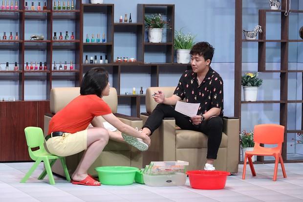 Quang Trung vạch áo mát-xa cho Trấn Thành trên sóng truyền hình - Ảnh 3.