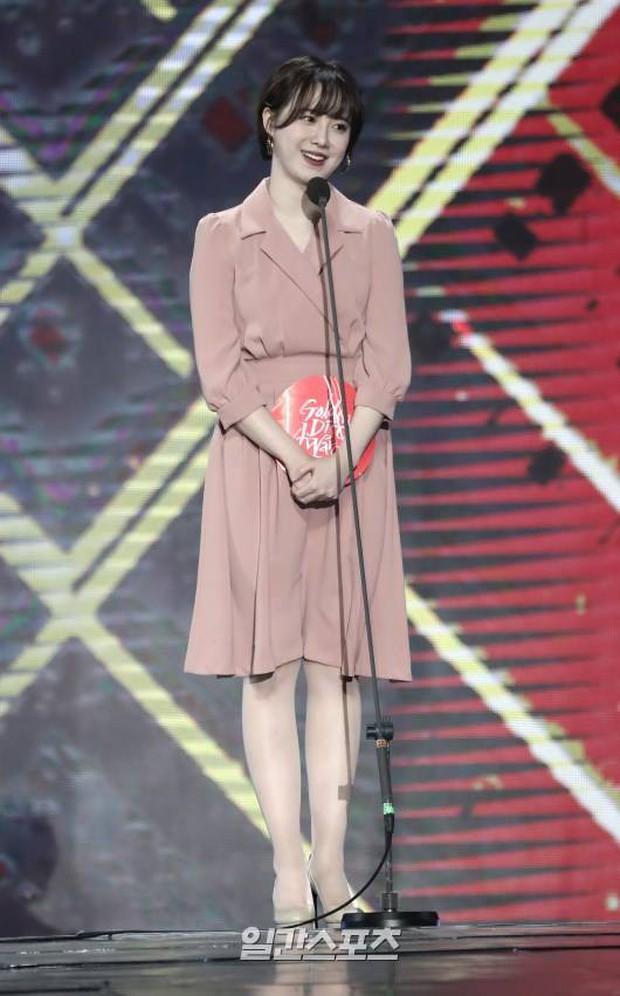 """Nghịch lý Goo Hye Sun: Cứ lên đồ """"lồng lộn"""" đi sự kiện thì già đau đớn, ảnh chụp sương sương lại trẻ như gái đôi mươi - Ảnh 6."""