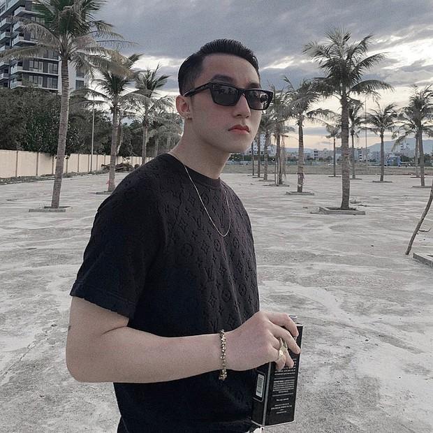 Sơn Tùng M-TP đăng ảnh du lịch Đà Nẵng cực cool ngầu nhưng cái mà fan quan tâm lại là thứ nước bên trong quả dừa mà anh cầm - Ảnh 2.