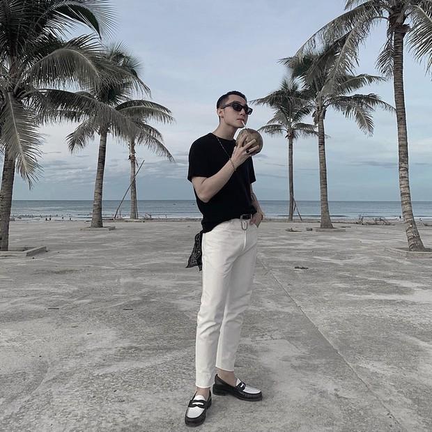 Sơn Tùng M-TP đăng ảnh du lịch Đà Nẵng cực cool ngầu nhưng cái mà fan quan tâm lại là thứ nước bên trong quả dừa mà anh cầm - Ảnh 1.