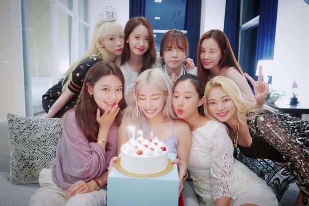 8 thành viên SNSD tụ họp hiếm hoi chúc mừng sinh nhật Tiffany, nữ thần Yoona giờ phải kiêng dè Seohyun và Tiffany về nhan sắc - Ảnh 1.