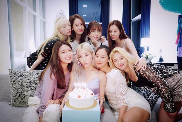 8 thành viên SNSD tụ họp hiếm hoi chúc mừng sinh nhật Tiffany, nữ thần Yoona giờ phải kiêng dè Seohyun và Tiffany về nhan sắc - Ảnh 2.