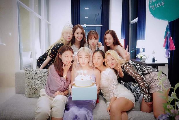 8 thành viên SNSD tụ họp hiếm hoi chúc mừng sinh nhật Tiffany, nữ thần Yoona giờ phải kiêng dè Seohyun và Tiffany về nhan sắc - Ảnh 3.