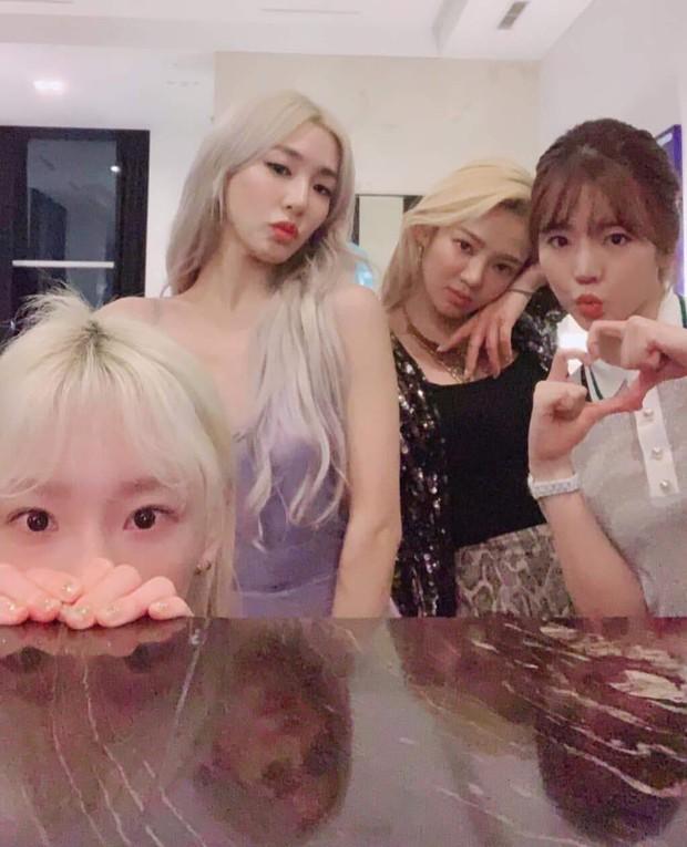 8 thành viên SNSD tụ họp hiếm hoi chúc mừng sinh nhật Tiffany, nữ thần Yoona giờ phải kiêng dè Seohyun và Tiffany về nhan sắc - Ảnh 4.