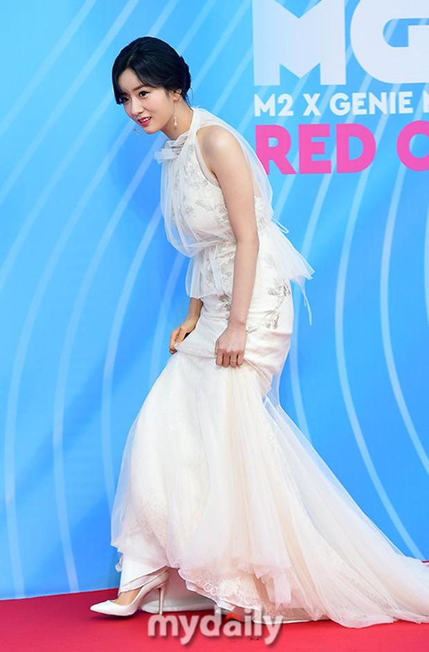 Siêu thảm đỏ hội tụ quân đoàn idol, diễn viên siêu khủng: Goo Hye Sun lạc quẻ, TWICE đọ tầm sexy chan chát với MAMAMOO - Ảnh 20.
