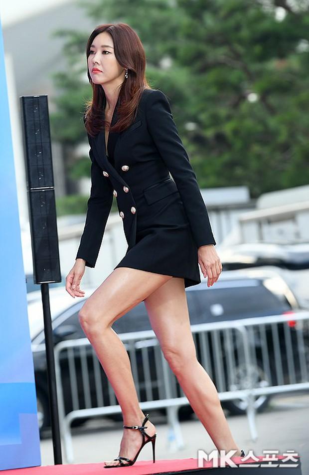 Siêu thảm đỏ hội tụ quân đoàn idol, diễn viên siêu khủng: Goo Hye Sun lạc quẻ, TWICE đọ tầm sexy chan chát với MAMAMOO - Ảnh 32.