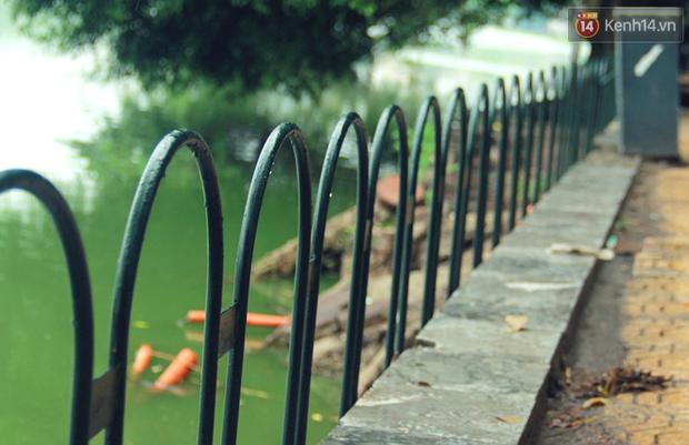 Bờ kè Hồ Gươm sụt lún mạnh được dựng rào sắt cảnh báo để đảm bảo an toàn - Ảnh 8.