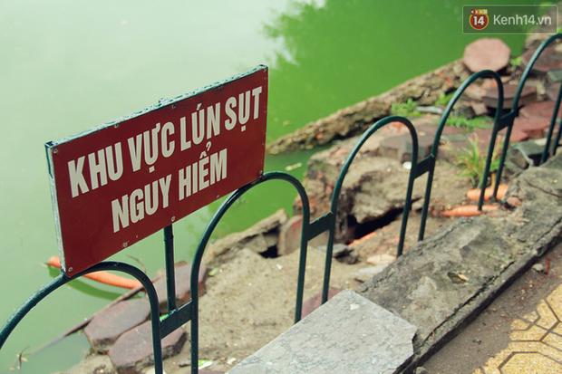 Bờ kè Hồ Gươm sụt lún mạnh được dựng rào sắt cảnh báo để đảm bảo an toàn - Ảnh 2.