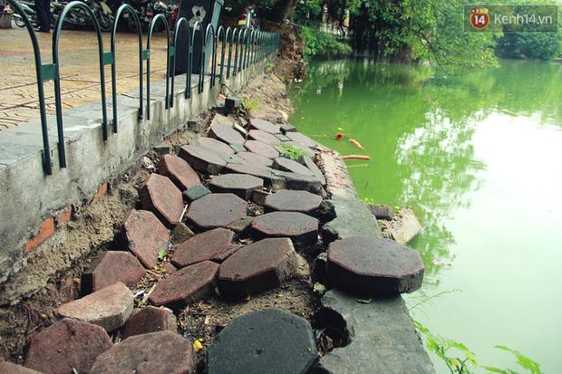 Bờ kè Hồ Gươm sụt lún mạnh được dựng rào sắt cảnh báo để đảm bảo an toàn - Ảnh 3.