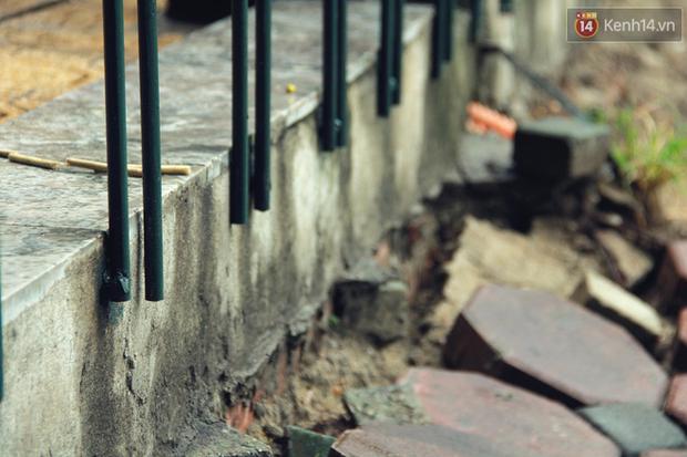 Bờ kè Hồ Gươm sụt lún mạnh được dựng rào sắt cảnh báo để đảm bảo an toàn - Ảnh 7.