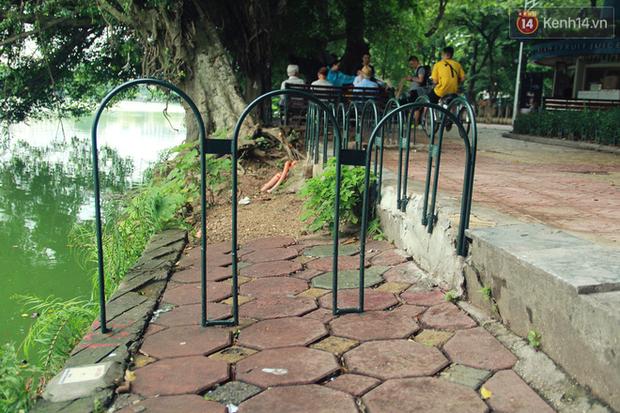 Bờ kè Hồ Gươm sụt lún mạnh được dựng rào sắt cảnh báo để đảm bảo an toàn - Ảnh 6.