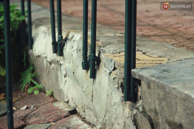 Bờ kè Hồ Gươm sụt lún mạnh được dựng rào sắt cảnh báo để đảm bảo an toàn - Ảnh 10.