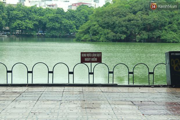 Bờ kè Hồ Gươm sụt lún mạnh được dựng rào sắt cảnh báo để đảm bảo an toàn - Ảnh 1.