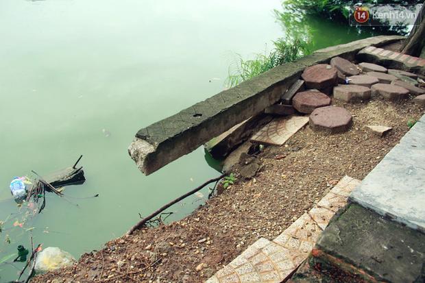 Bờ kè Hồ Gươm sụt lún mạnh được dựng rào sắt cảnh báo để đảm bảo an toàn - Ảnh 9.